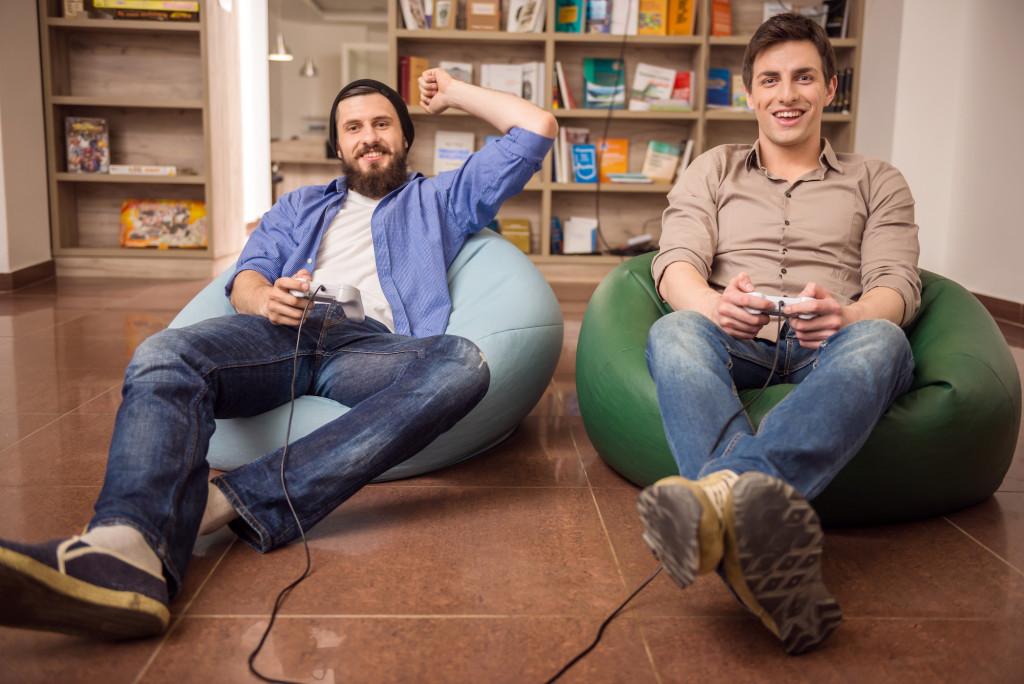 Jugadores de videojuegos ganando a científicos