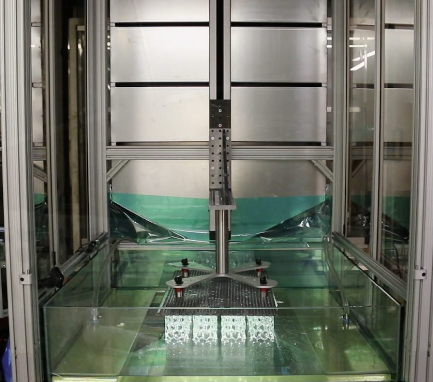 HARP imprime verticalmente, utilizando luz ultravioleta para curar resinas líquidas en plástico endurecido.