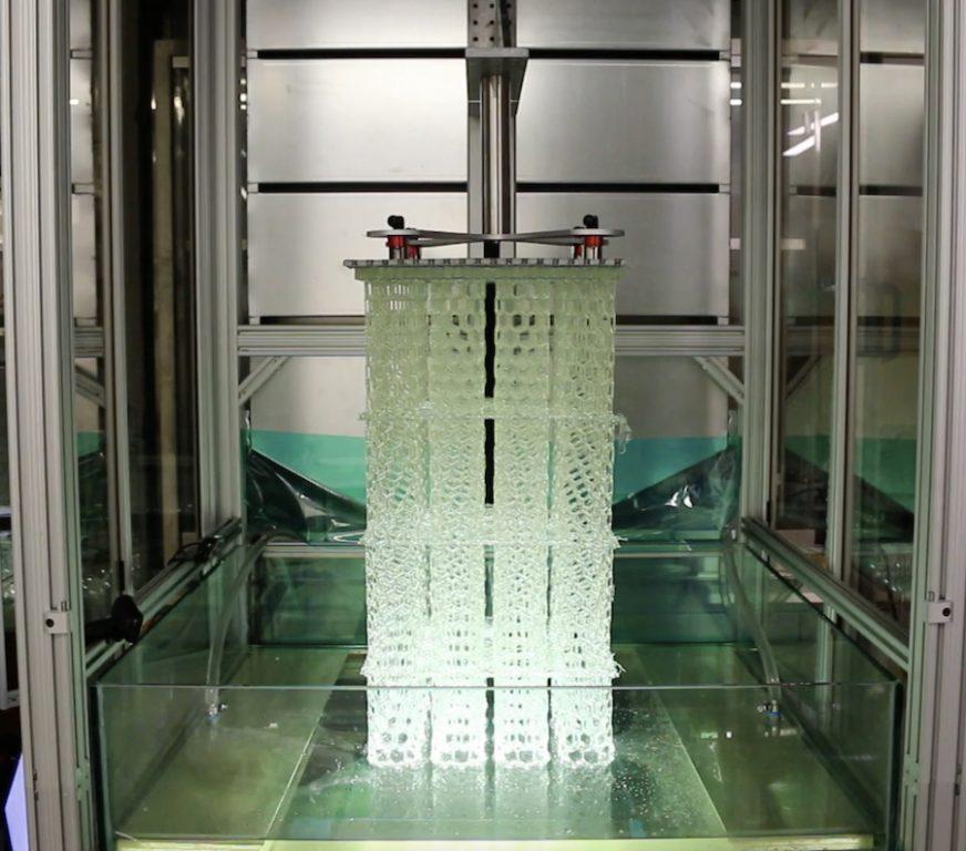 HARP imprime verticalmente, utilizando luz ultravioleta para curar resinas líquidas en plástico endurecido. ©Northwestern University