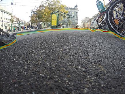 Una toma de cámara desde la perspectiva del calzado: la zona por la que se puede caminar sin peligro está delimitada por el color, reconocida e interpretada por el algoritmo de reconocimiento de imágenes de TU Graz. © TU Graz